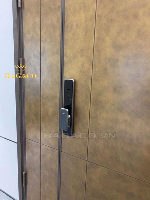 Khóa Bosch EL600 màu đen sang trọng khi lắp trên cửa gỗ