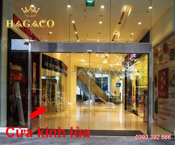 Cửa kính lùa được lắp tại cửa hàng, showroom, trung tâm thương mại